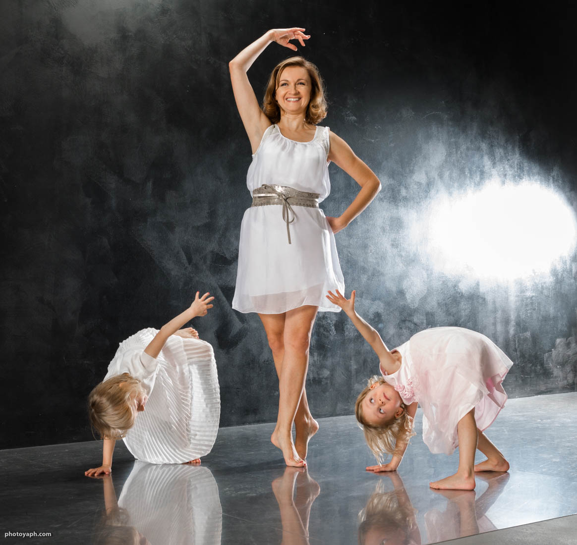 Im Fotostudio Yaph in Trier ist viel Platz zum Tanzen und Spielen wenn man Kinderfotos oder Familienfotos machen lässt