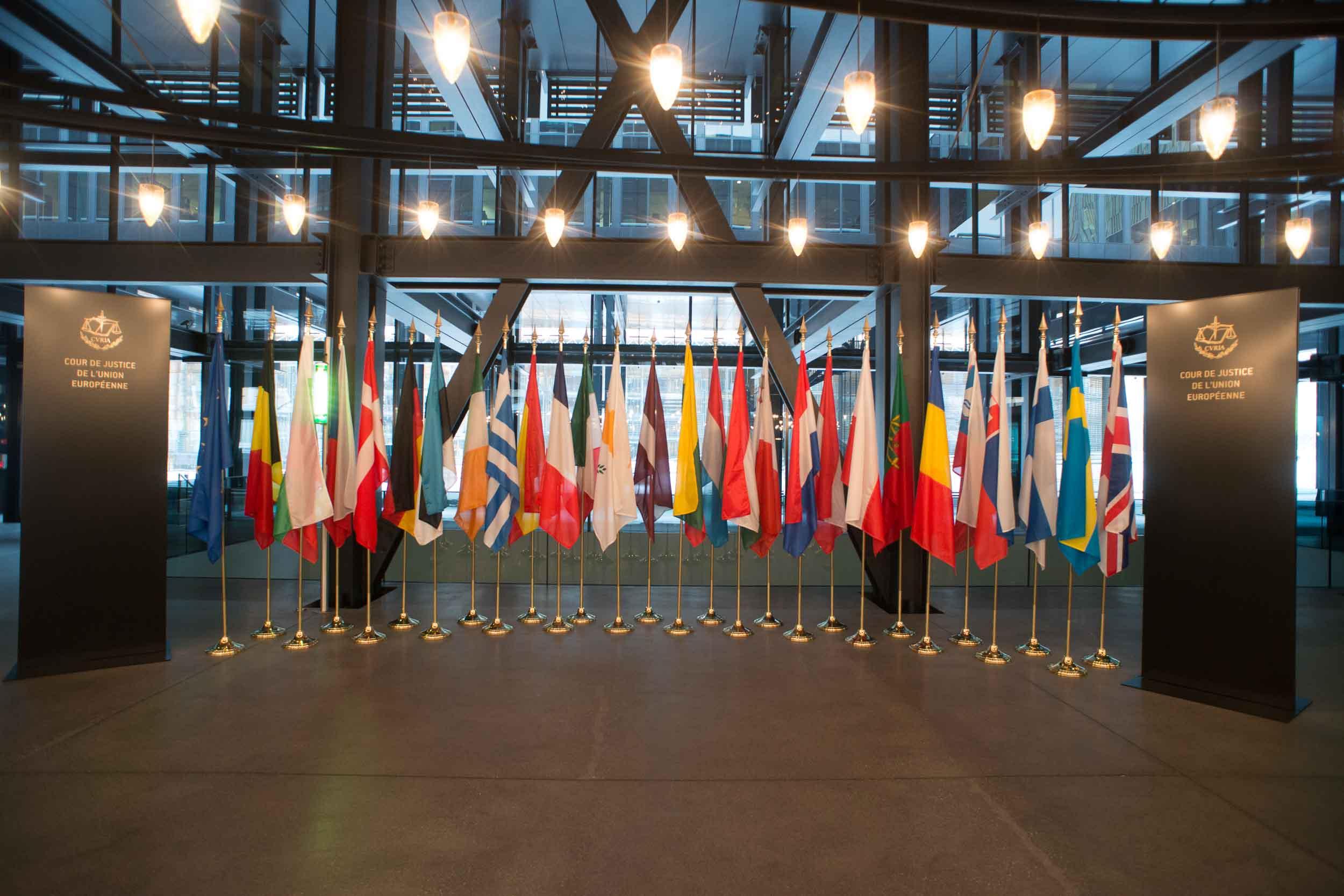 Die Fahnen aller beteiligten Länder beim Europäischen Gerichtshof in Luxemburg fotografiert vom Fotostudio Yaph in Trier