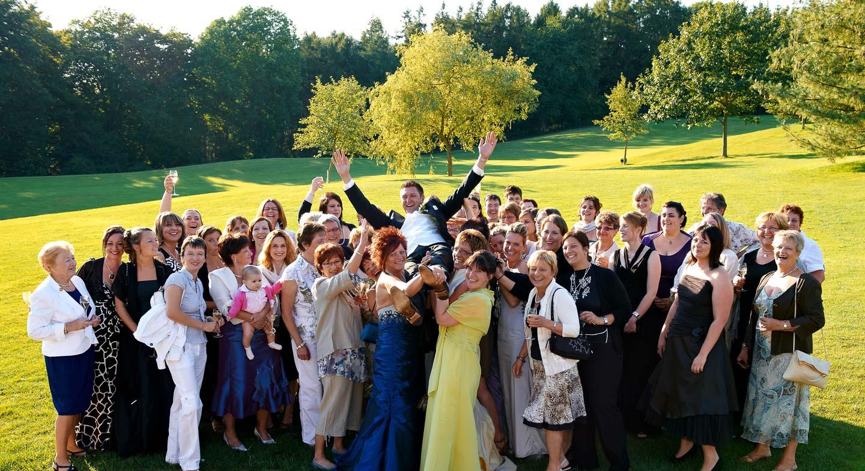 Wenn Sie ausgelassen feiern wie bei Ihrer Hochzeit ist Fotograf Yaph ein hervorragender Begleiter und stellt aus den wichtigsten Momenten eine Fotoreportage her
