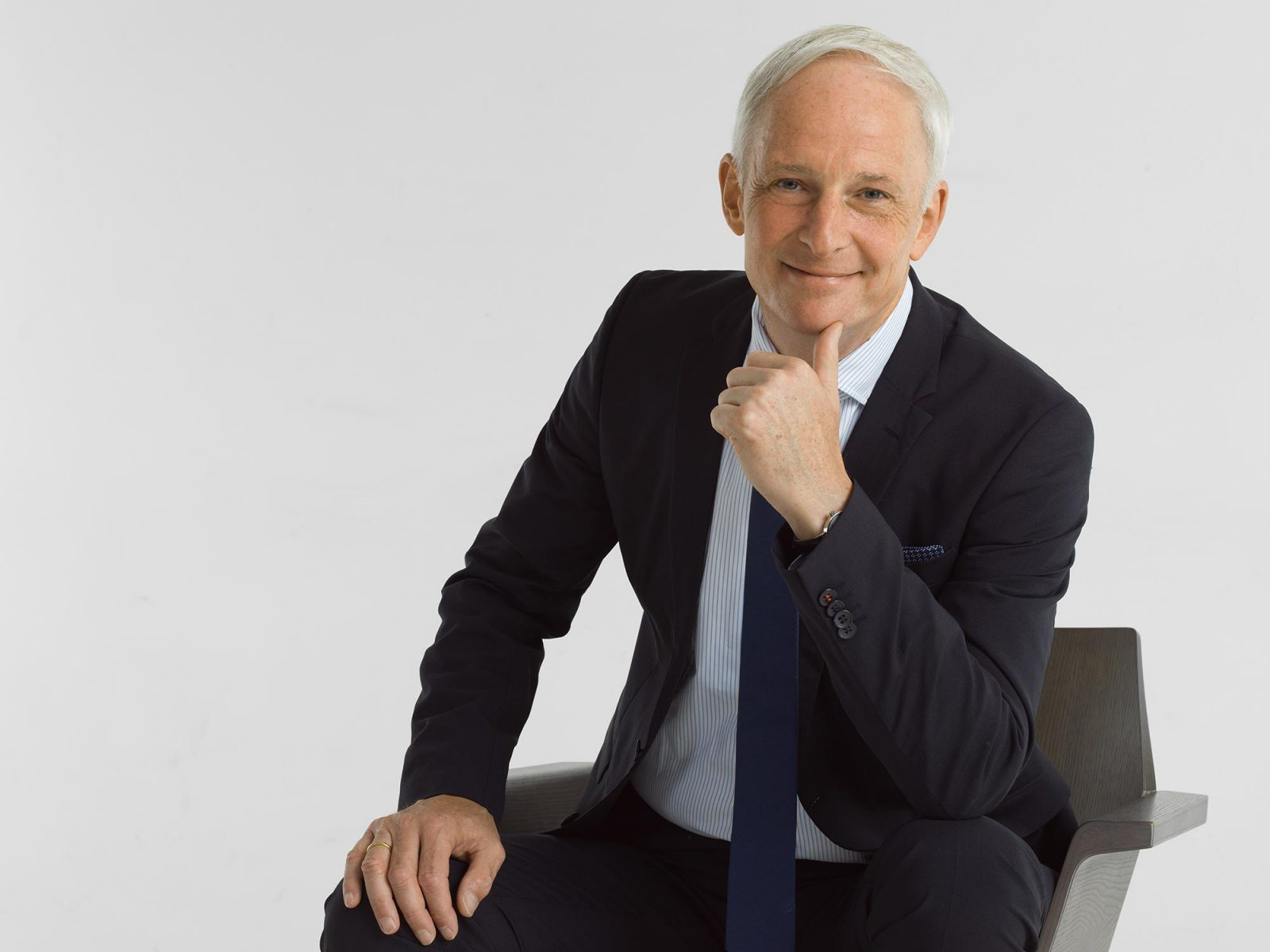 Oberbürgermeister Wolfram Leibe aus Trier ist auch in lässiger Pose überzeugend wie hier auf dem Fotostudio Yaph in Trier