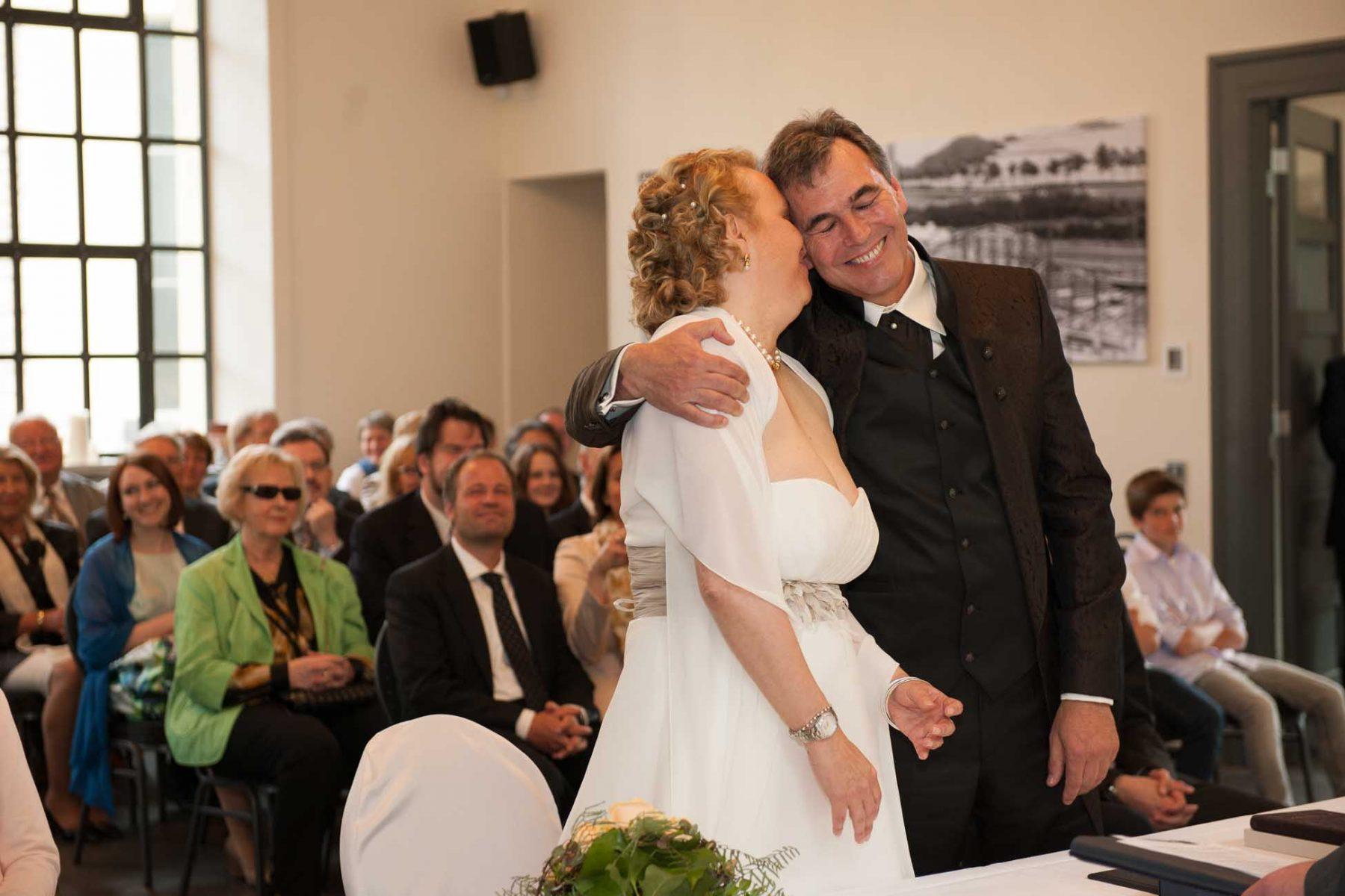 Glückliches Brautpaar auf dem Standesamt fotografiert von Yaph Fotostudio Trier