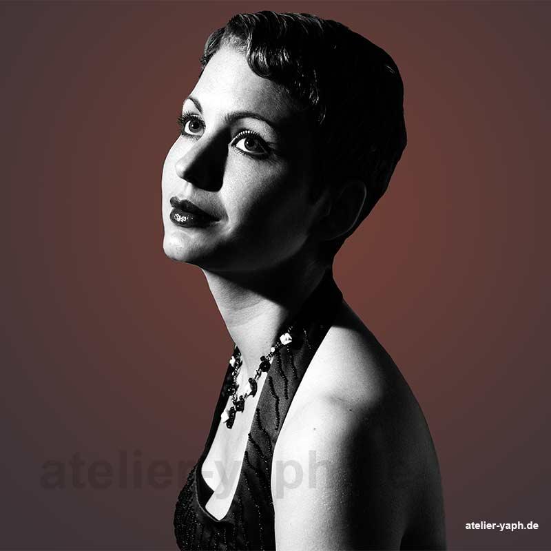 Beautyfotos in Schwarz weiss bei Fotograf Yaph im Charleston Stil fotografiert wurde.