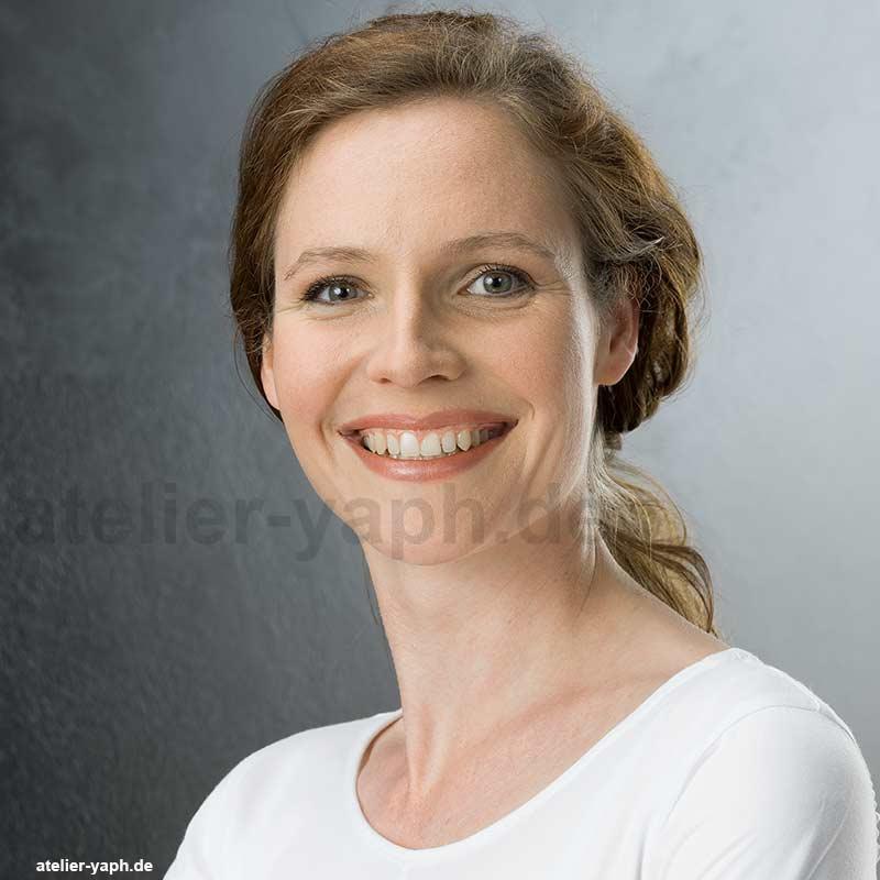 Bewerbungsfoto Sabrina - voller Tatkraft aus dem Fotostudio Yaph in Trier