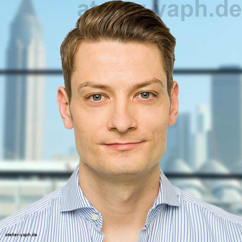 Foto eines jungen gutaussehenden Mannes für Bewerbung und soziale Netzwerke wie XING, LinkedIn oder Facebook vor dem Hintergrund der Stadt Frankfurt fotografiert im Fotostudio Yaph in Trier