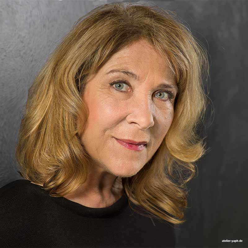 Business portrait Frau Wollscheid - Führungskraft im sozialen Pflegedienst in Trier aufgenommen im Fotostudio Yaph in Trier