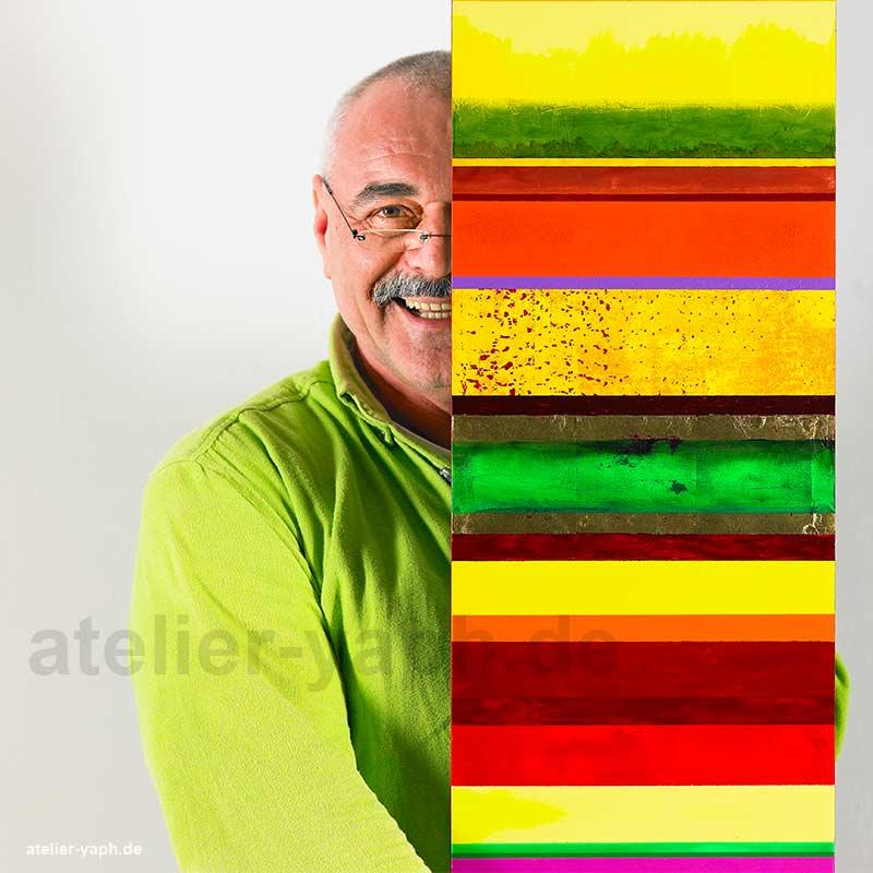 Künstlerporträts und Profilbild für Social Media für Kreative. Herbert Lauer ist ein bekannter Künstler der Großregion Trier-Luxemburg und zeigt hier Fotograf Yaph sein neuestes Gemälde. Besonders im Bereich Künstlerportrait kann das Fotostudio Yaph seine Stärke in der Charakterfotografie zum Zuge kommen lassen.