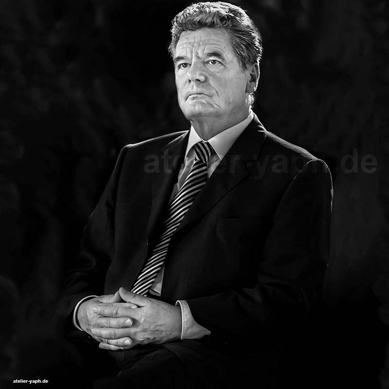 Joachim Gauck der ehemalige Bundespräsident im schwarz-weiss Porträt von Fotostudio Yaph aus Trier