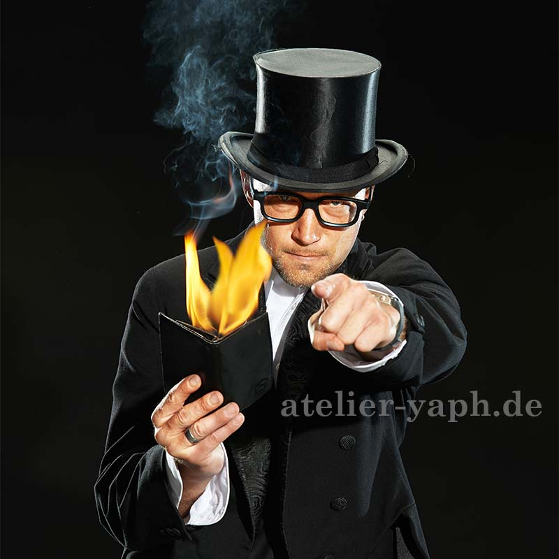 Siggi der maskierte Magier, ein Werbefoto eines Zauberers, fotografiert im Fotostudio Yaph in Trier