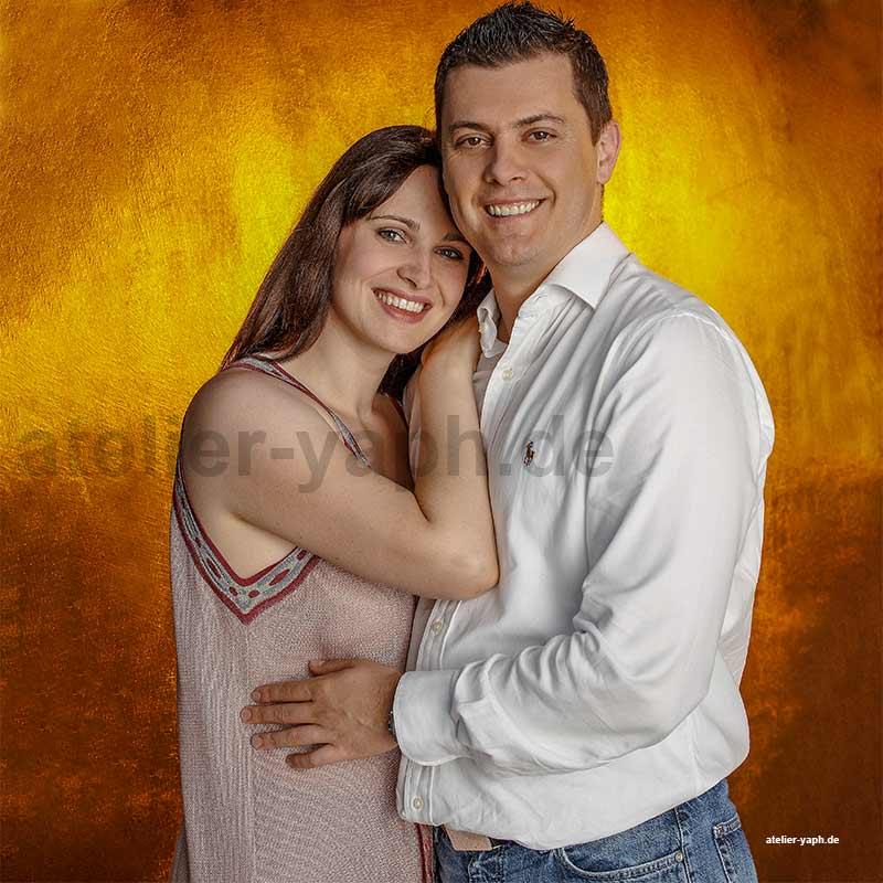 Bild aus der Serie eines Paarshootings im Fotostudio Yaph in Trier, das zwei liebende Menschen in vertrauter Umarmung zeigt