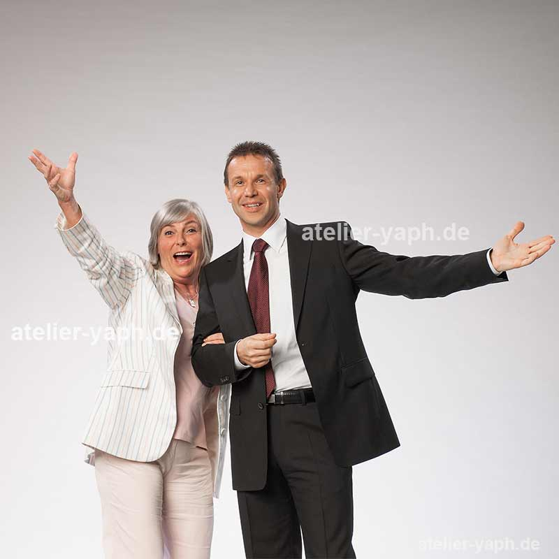 Businessfotoshooting mit Frau Dr. Birgitt Schemann und Kollegen als Teambild im Fotostudio Yaph in Trier