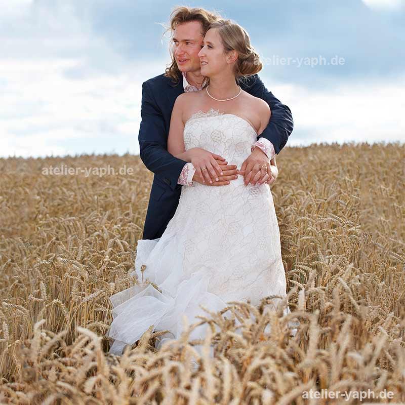 Brautbilder eines Hochzeitspaares im Kornfeld aufgenommen vom Fotostudio Yaph Trier-Luxemburg