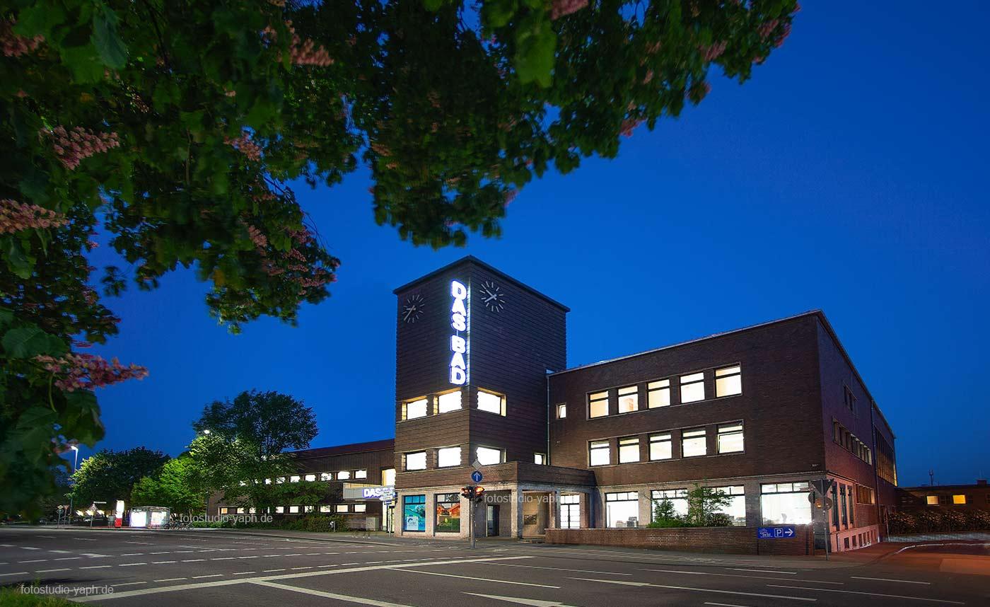 Architekturfotografie und Landschaftsfotografie Frontansicht des Gebäudes das Bad an den Kaiserthermen in Trier und Südallee, eine Aufnahme von Fotograf Yaph - Trier