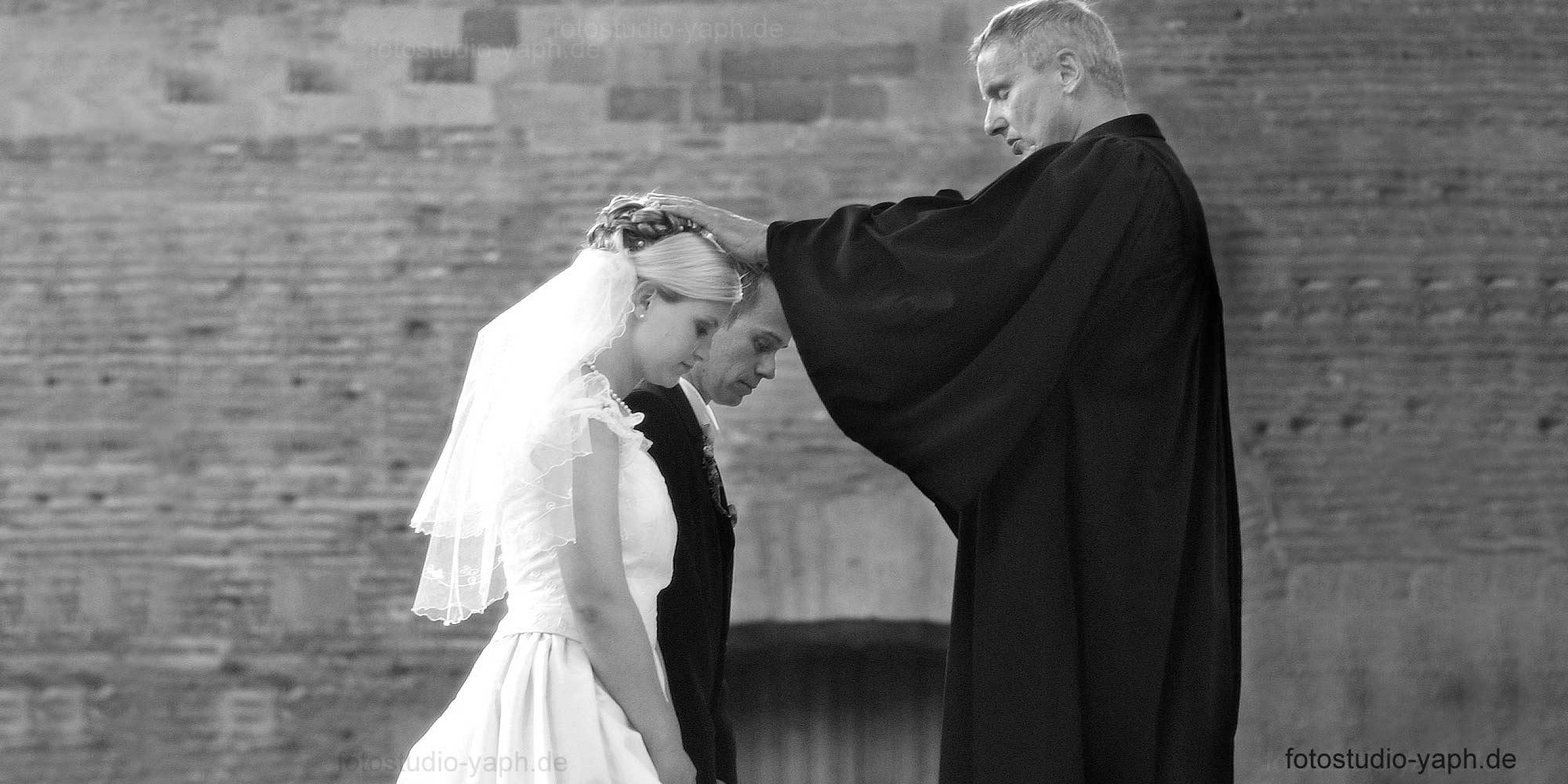 Hochzeitsfotografie vom Fotostudio Yaph in der evangelischen Basilika in Trier zum Höhepunkt der Trauung