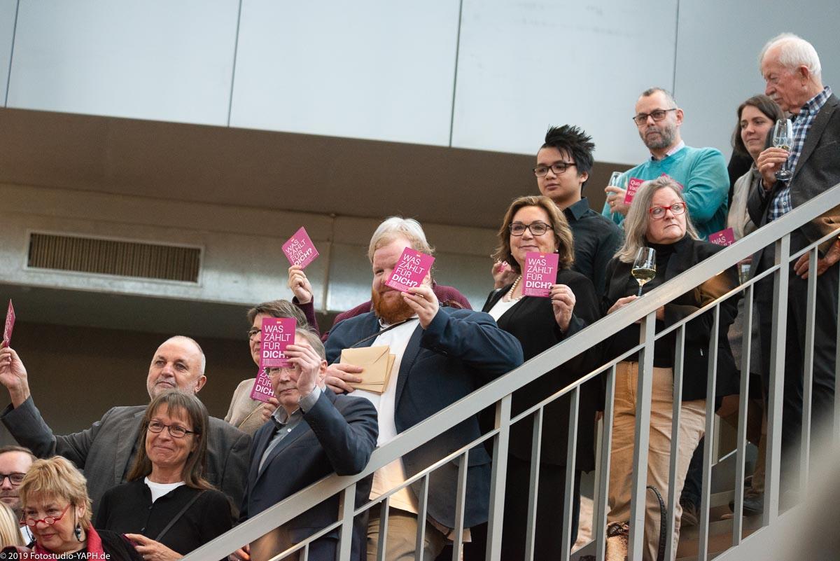 Renate Heineck, Rainer Lehnart, Dr. Maria Duran-Kremer, Markus Nöhl und viele weitere Personen sind sehr engagiert auf dem SPD Neujahrsempfang in Trier, hier auf dem Foto vom Fotostudio Yaph Trier