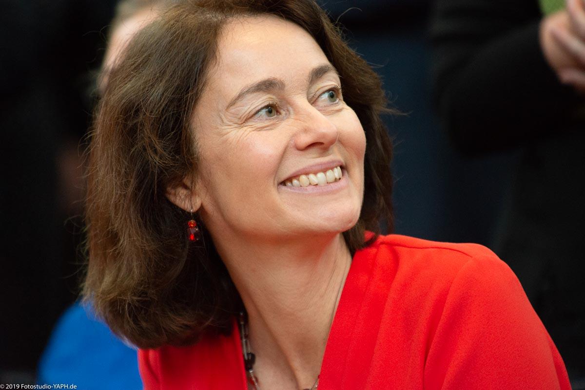 Dr. Katarina Barley im Porträt von Fotograf Yaph Trier ist bestens gelaunt