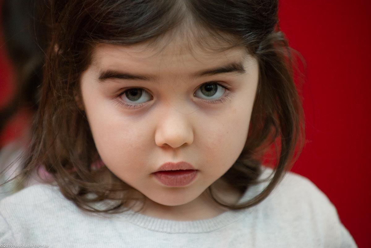 hübsches kleines Mädchen auf dem SPD Neujahrsempfang in Trier porträtiert von Fotostudio Yaph Trier