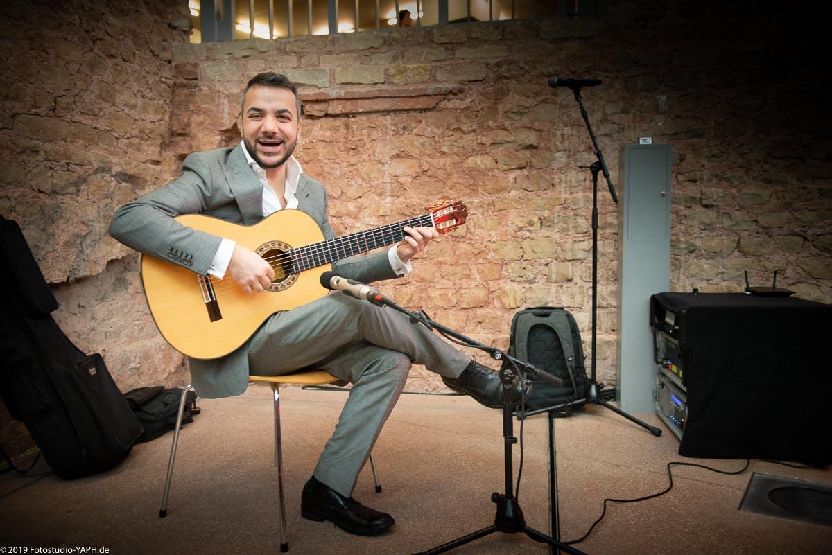 Reza Solimani schenkt Fotograf Yaph beim Neujahrsempfang der SPD in Trier sein schönstes Lächeln