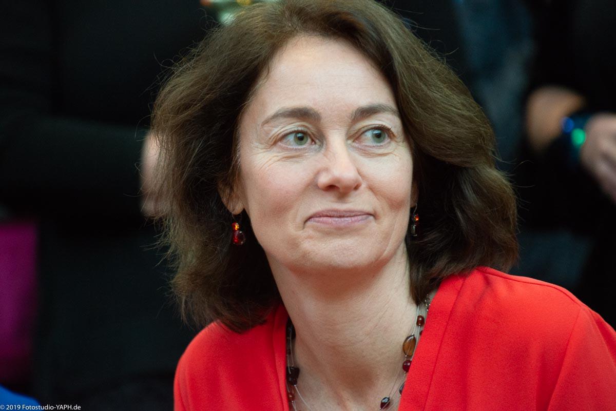 Katarina Barley mit optimistischem Gesichtsausdruck auf dem Bild von Fotograf Yaph aus Trier