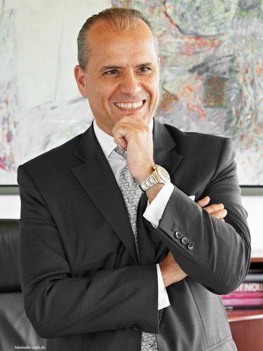Business Portraits Mr. Batalor in seinem Office in Luxemburg Stadt, aufgenommen von Yaph, Fotograf für Bewerbungsfotos.