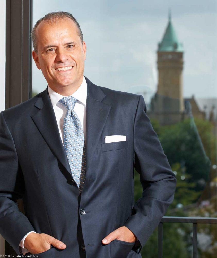 Portrait Fotografie Mr. Battalor in seinem Office inLuxemburg für Bewerbungsfotos, Business Portraits und Profilbilder für Social Media