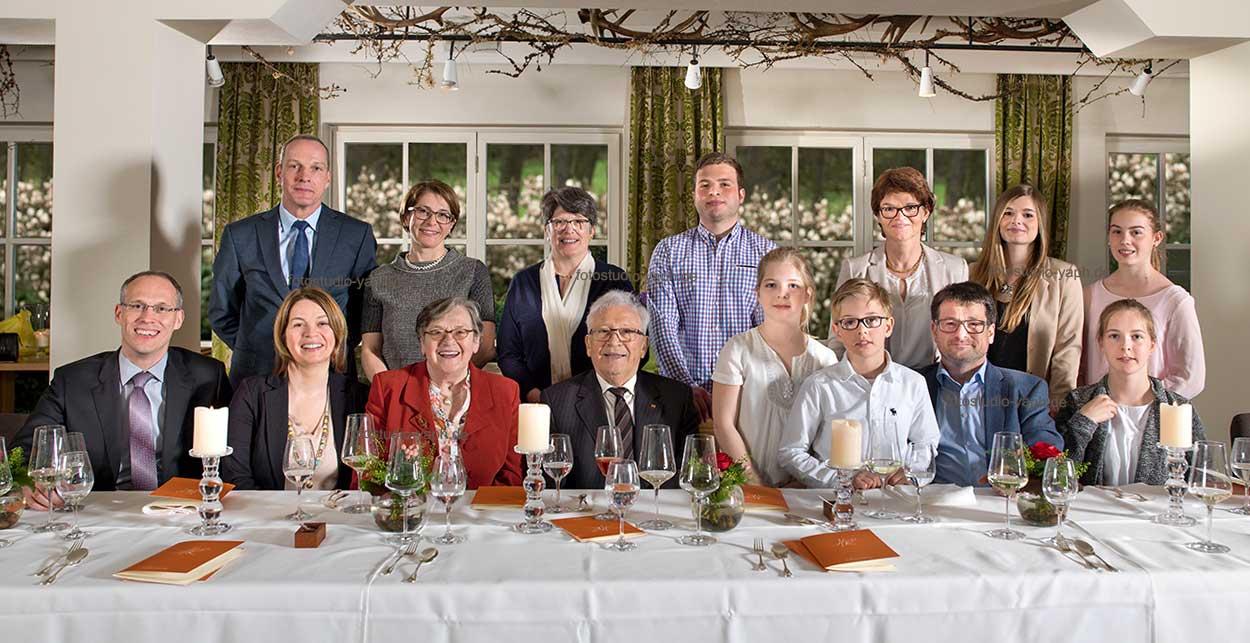 Fotograf Yaph fertigt Familienfotos während eines Familientreffens im Restaurant.