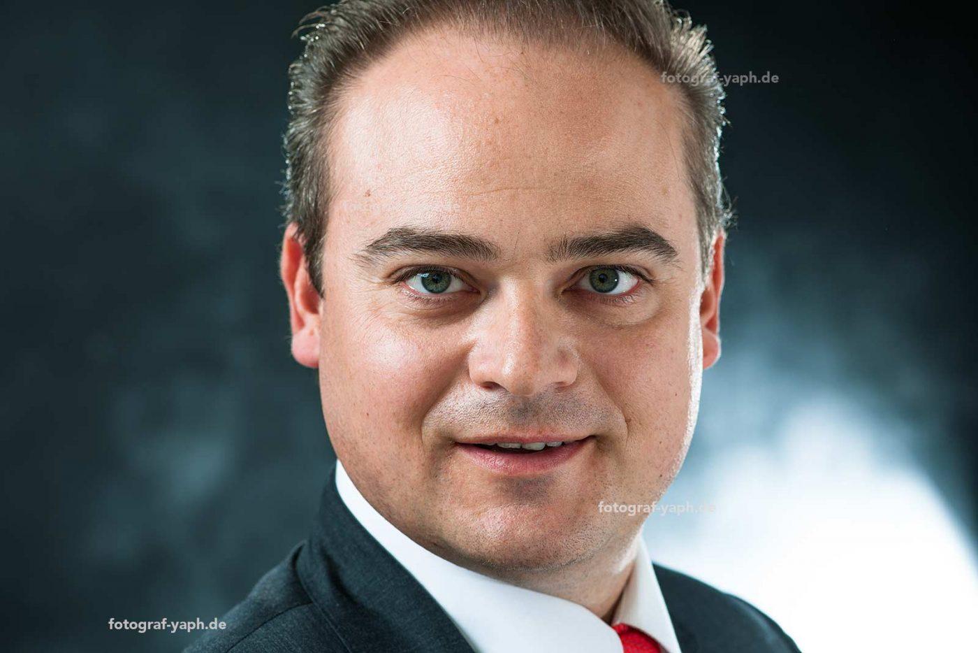 Bewerbungsfotound Businessportrait von Stephan fotografiert im Fotostudio in Trier - Yaph.