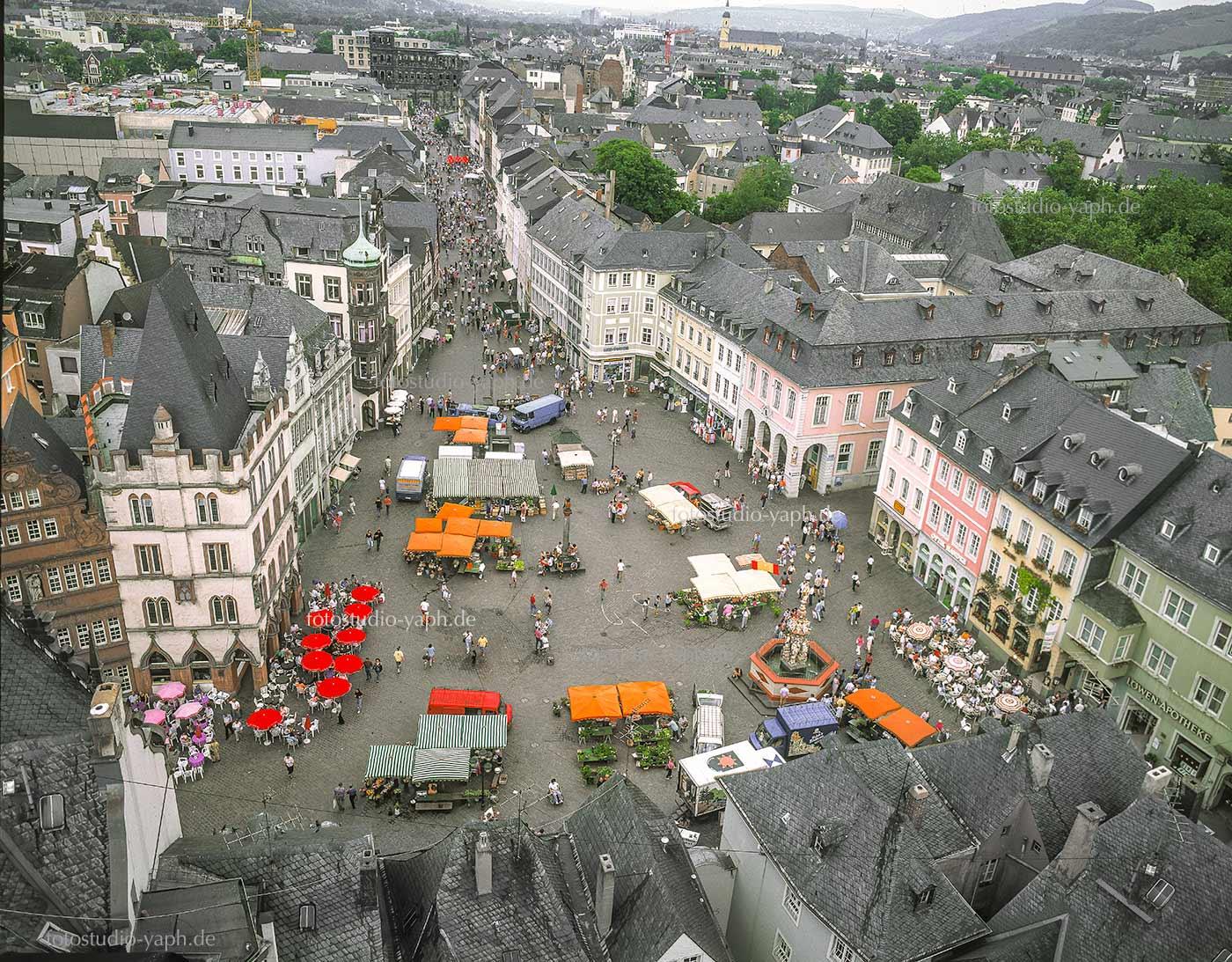 Luftbild des Hauptmarkts in Trier, Drohnenfotografie bei Yaph Fotograf für Architektur.