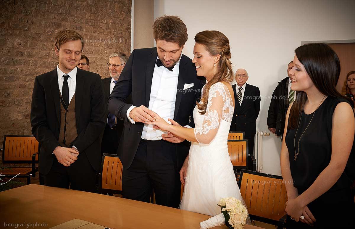 Ihr Hochzeitsfotograf oder Ihre Hochzeitsfotografin dokumentiert gern Ihre standesamtliche Trauung