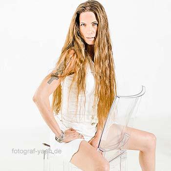 Elanja Wolf ist eine Künstlerin und ihre Portraits für Portfolio von Fotografenteam Claudia & Yaph anfertigen lassen.