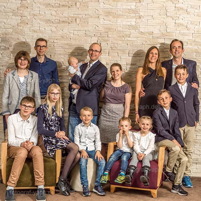 Familienfotos in lebendiger Atmosphäre in Fotostudio Yaph.