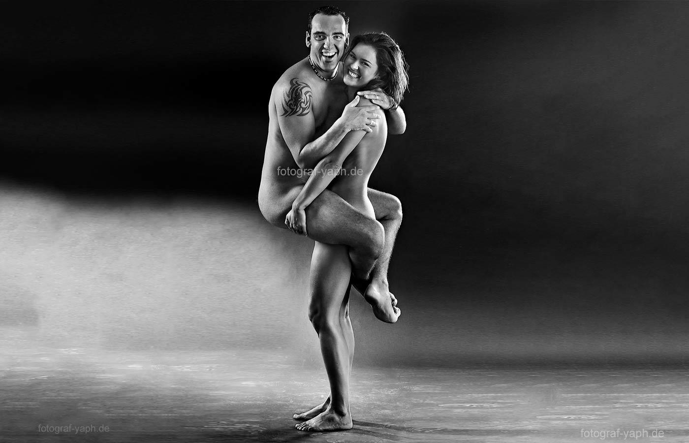 Paar Fotoshooting in Schwarz-Weiss ist eine besondere Leistung des Teams von Fotostudio Yaph in Trier.