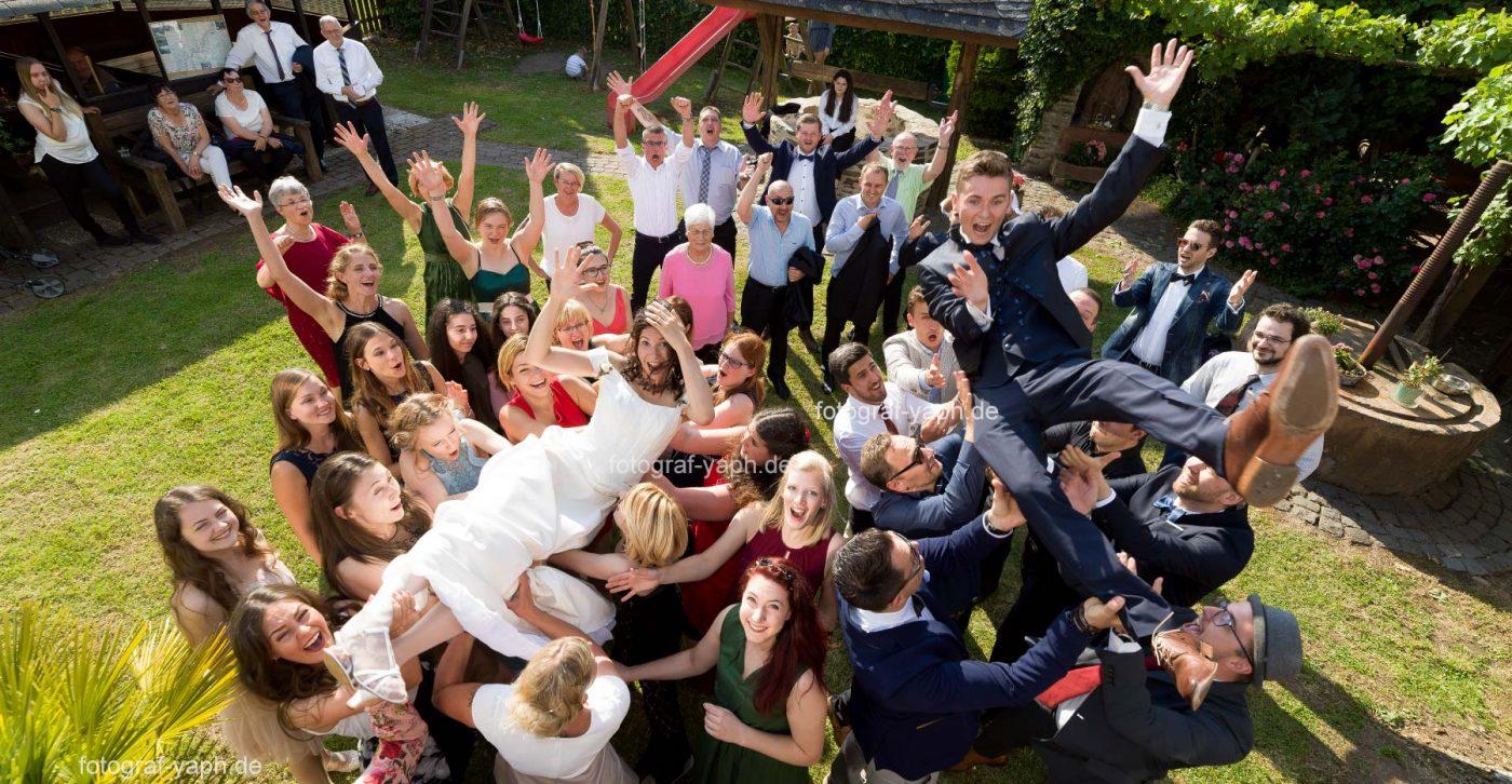 Hochzeitsfotos in Trier, Brautpaarshooting, voller Power, Spannung und Freude