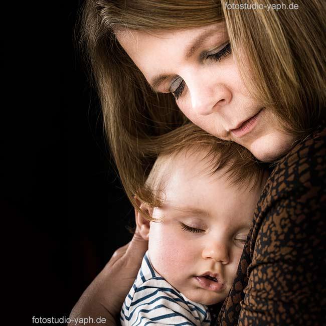 Familienfotoshooting Silke und die kleine Lena bei Fotograf für Familienfotos Yaph auf dem Petrisberg.