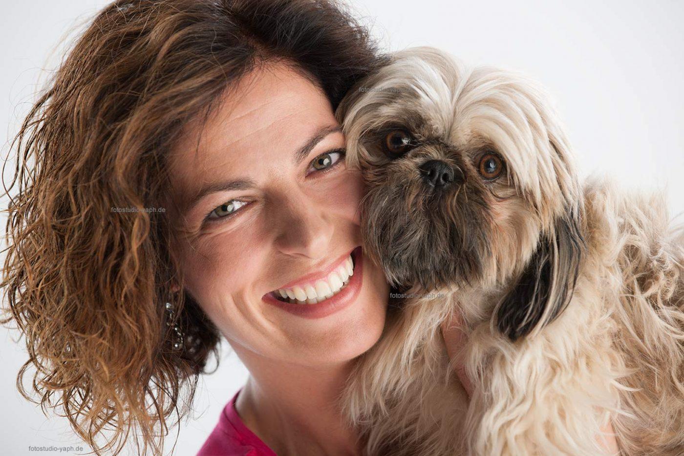 Lass dich mit deinem Haustier, deinem Hund im Fotostudio in Trie bei Yaph fotografieren.