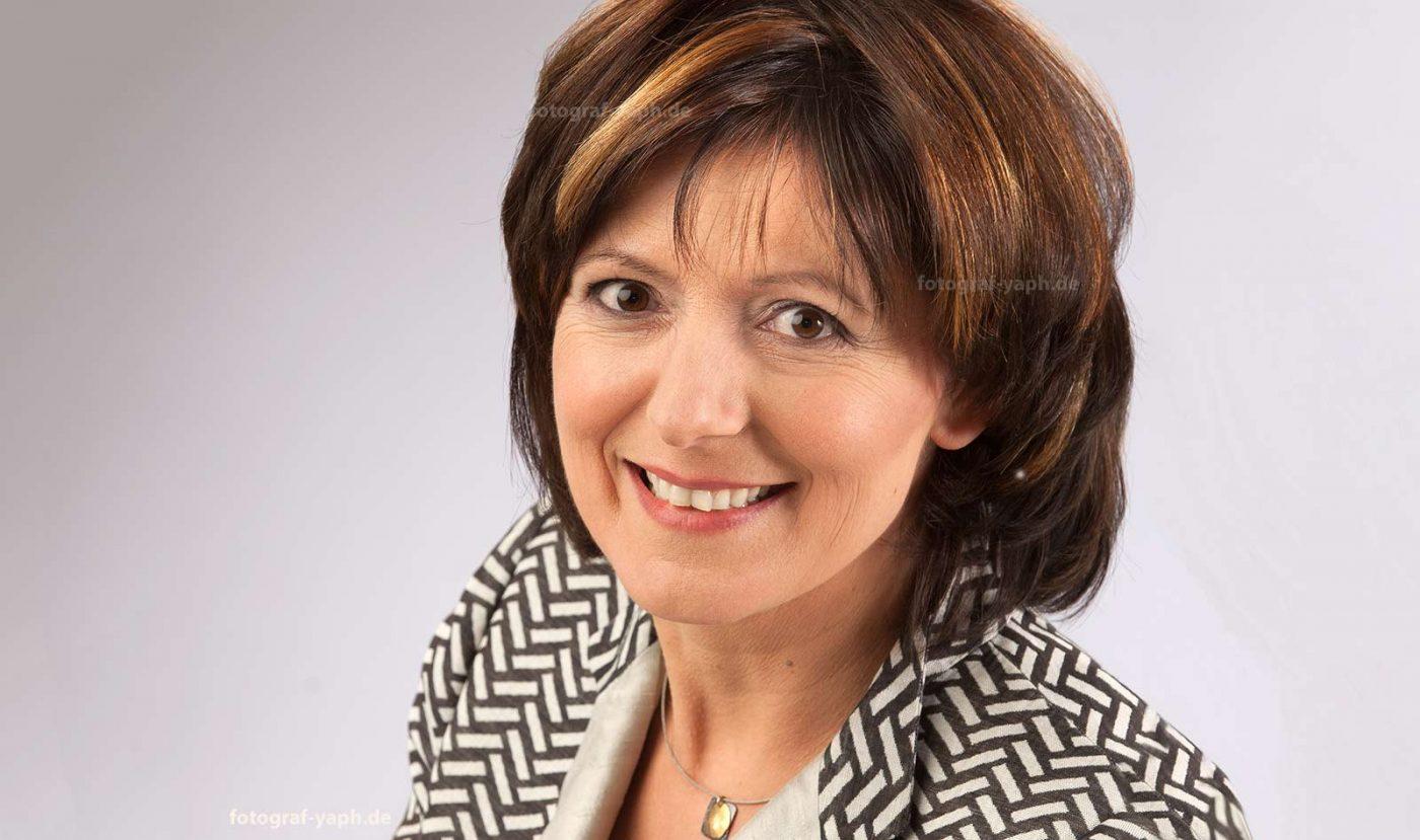 Malu Dreyer, Ministerpräsidentin des Landes Rheinland-Pfalz porträtiert im Fotostudio Yaph Trier.