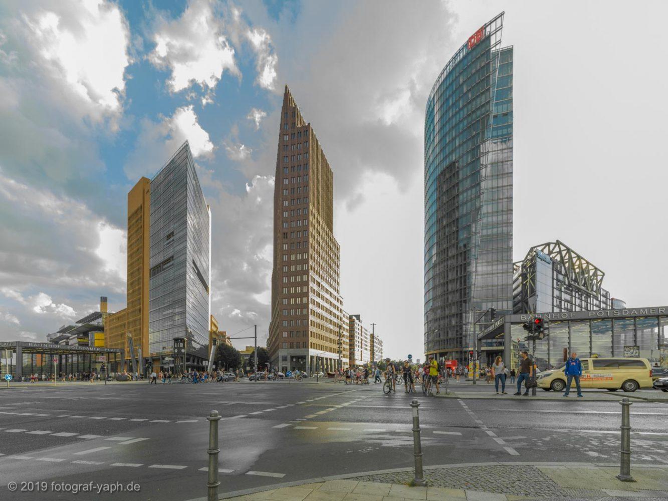 Die Gebäude wie das Sony Center in Berlin am Potsdamer Platz beeindrucken mit ihrer postmodernen Architektur und wirken in der Interpretation von Architekturfotograf Yaph wie Rasierklingen im Berliner Himmel.