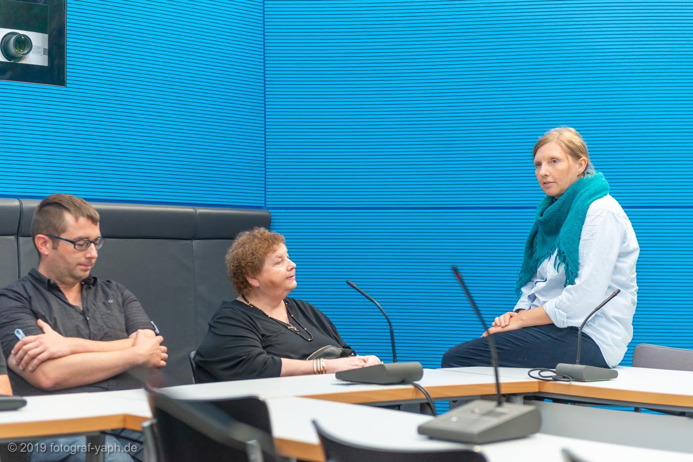 Corinna Rüffer im Gespräch mit Bürgern im Sitzungsraum der Grünen im Bundestag Berlin