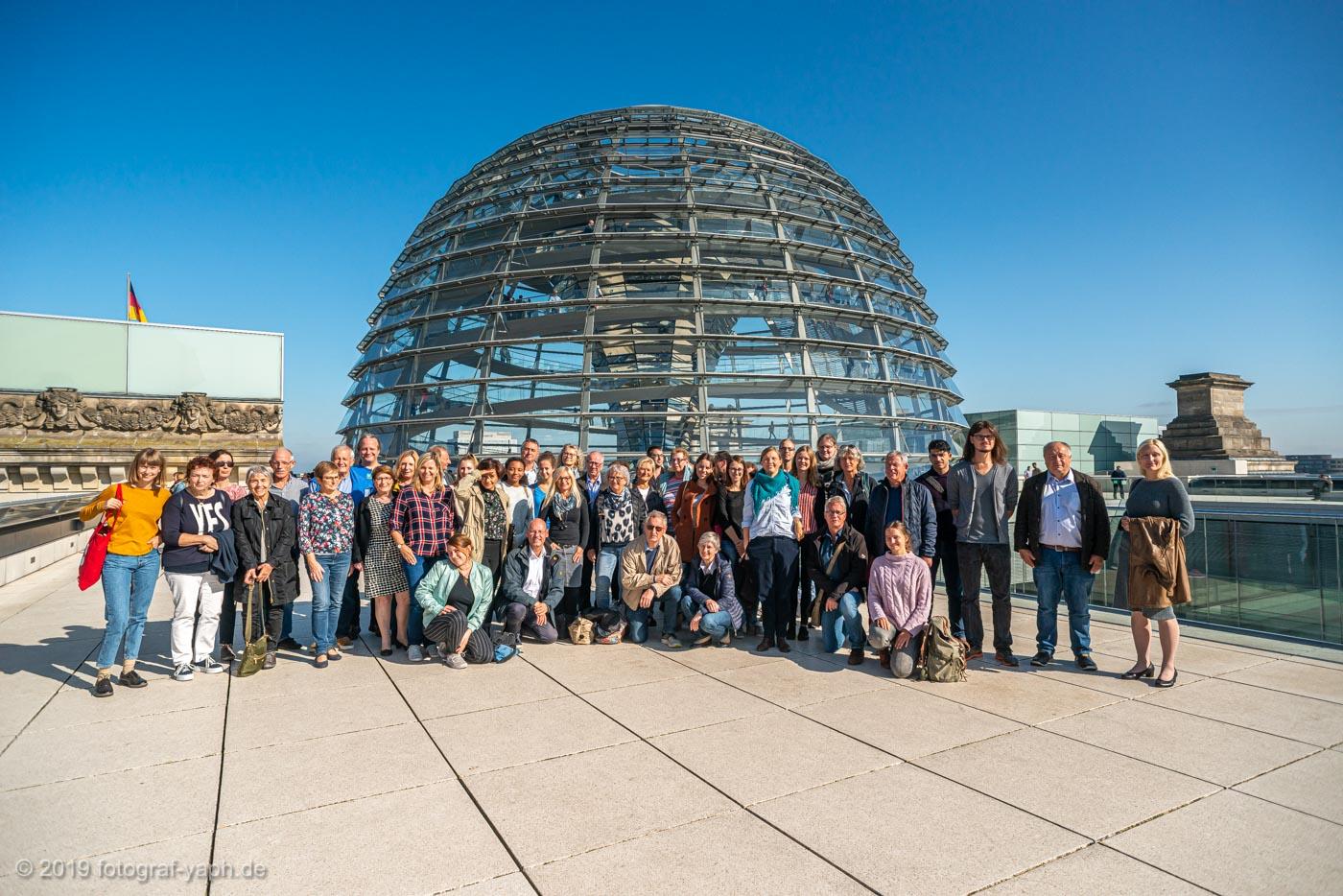 Besuchergruppe der Grünen auf dem Dach des Reichtagsgebäudes Berlin fotografiert von Yaph Fotostudio Trier
