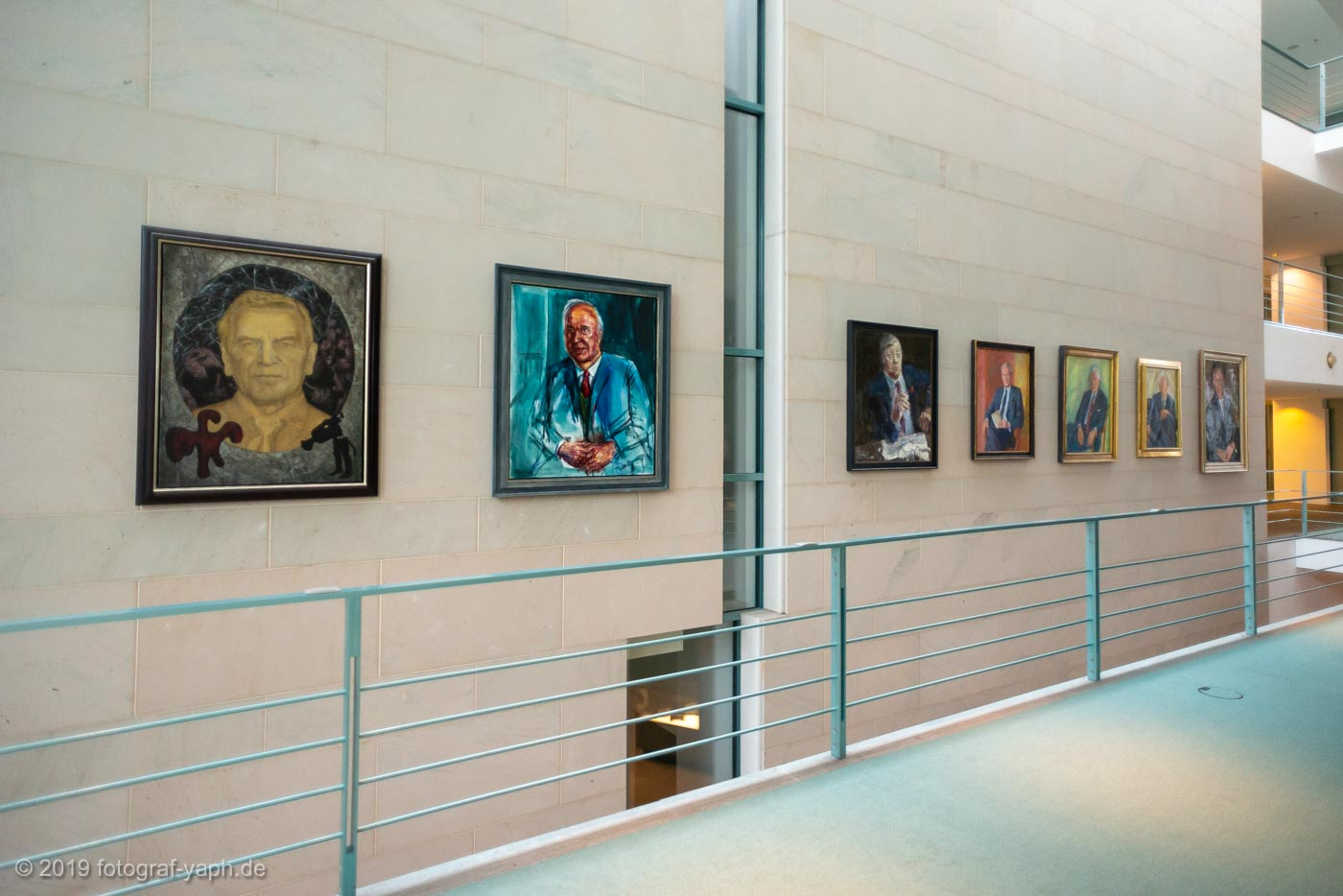 Bundeskanzleramt Berlin mit Porträt von Gerhard Schröder im Vordergrund