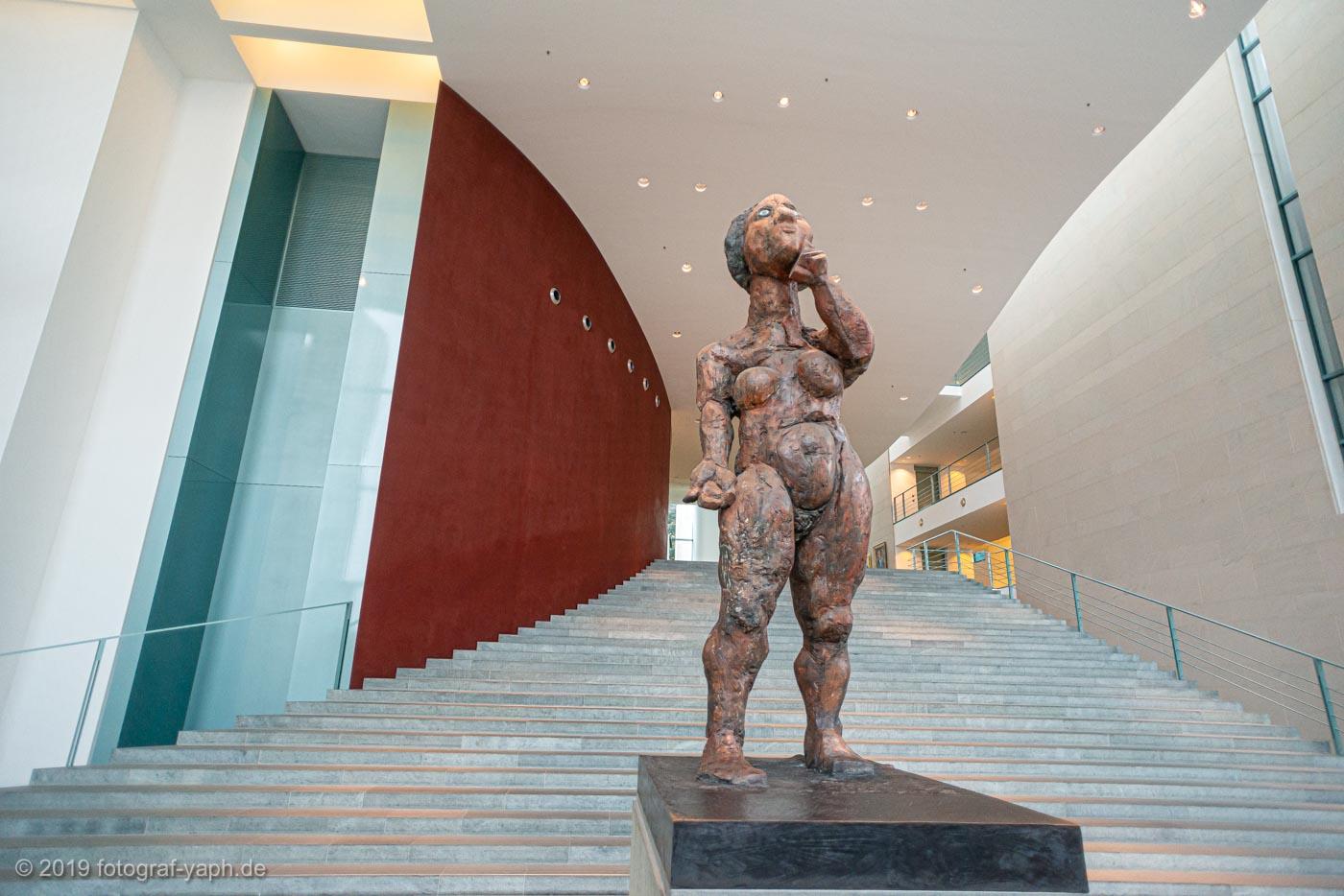 """Foyer des Bundeskanzleramtes Berlin mit Statue """"Die Philosophin"""" als Leitmotiv für politisch verantwortungsvolles Handeln."""