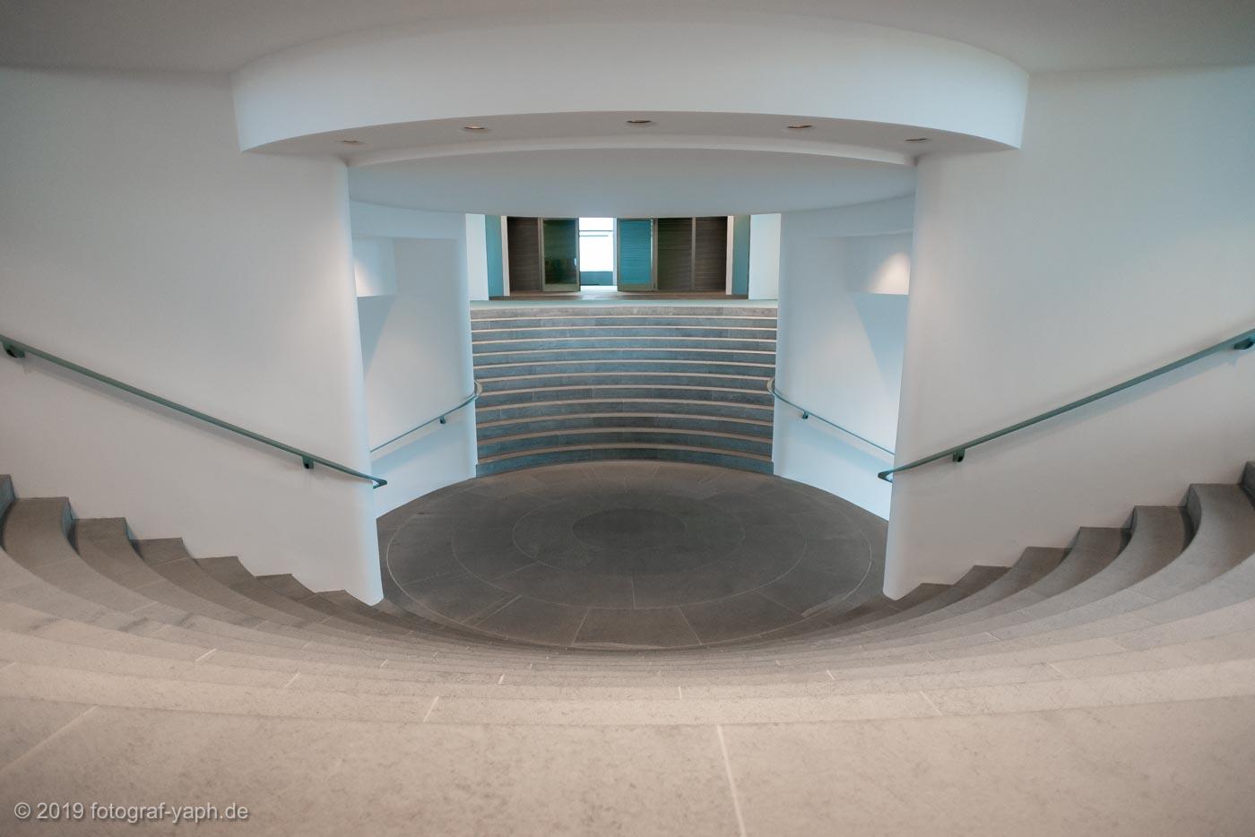 Die Treppen vom Foyer im Bundeskanzleramt Berlin ist wie ein Amphitheater angelegt
