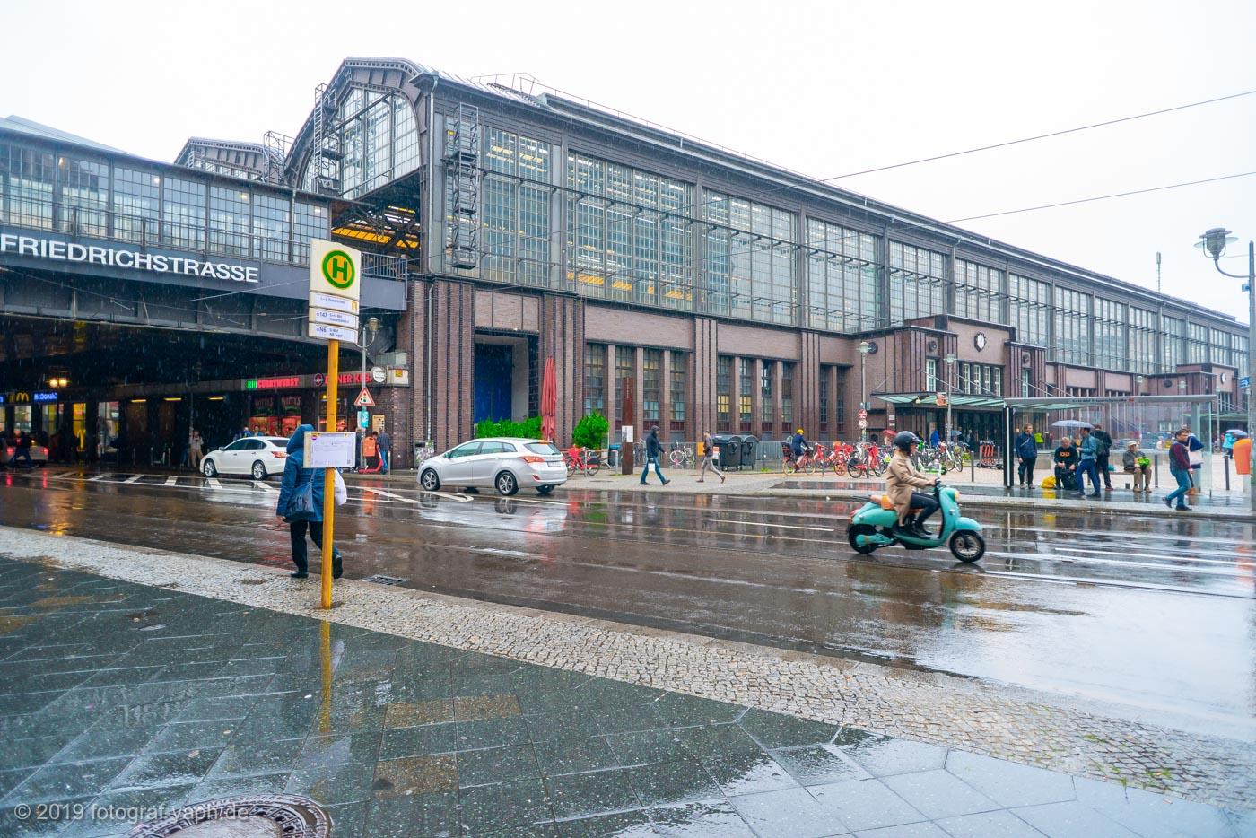 Der Bahnhof Friedrichstraße ist ein Ort vieler Erinnerungen für Berliner und Menschen aus Ost und West wie auch für Fotograf Yaph aus Trier.