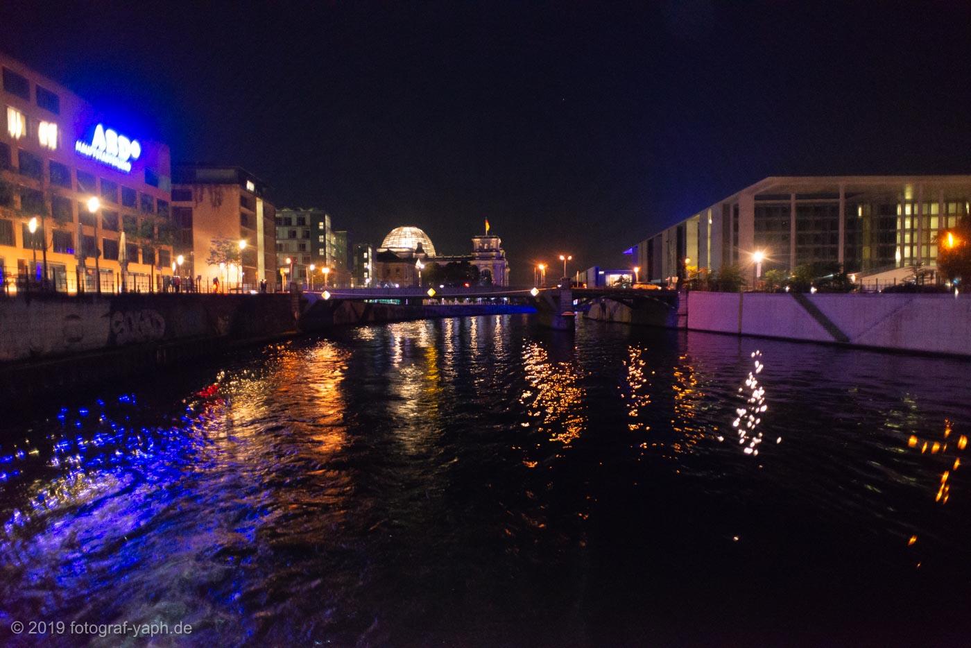 Eine Schifffahrt am Abend auf der Spree in Berlin zeigt viele Sehenswürdigkeiten wie das Reichstagsgebäude oder das ARD Hauptstadtstudio.
