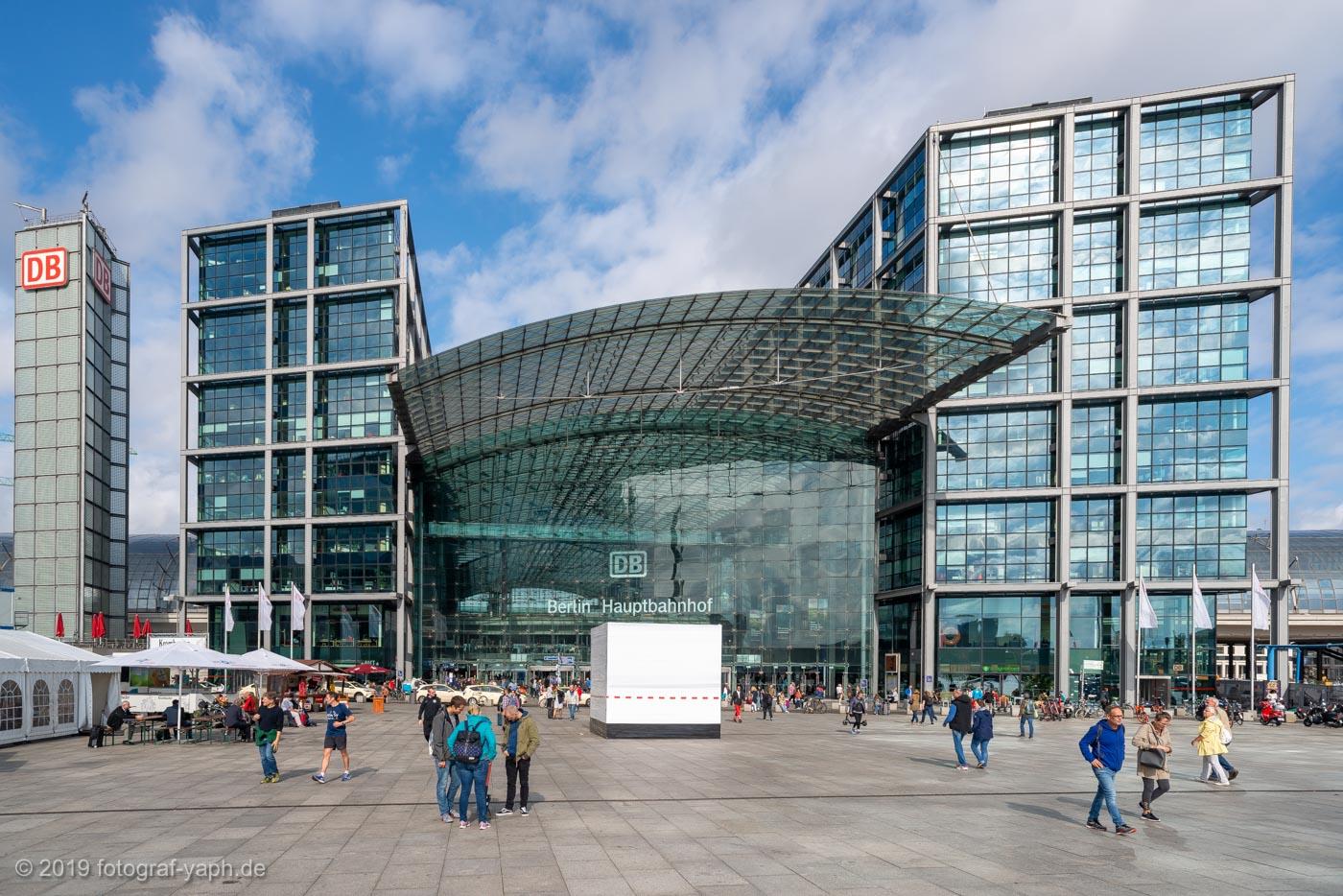 Die Architektur vom Hauptbahnhof Berlin passt im Stil zum Bahnhof Potsdamer Platz, wirkt dabei aber weniger abgehoben und bindet den Menschen eher in das Gesamtbild ein.