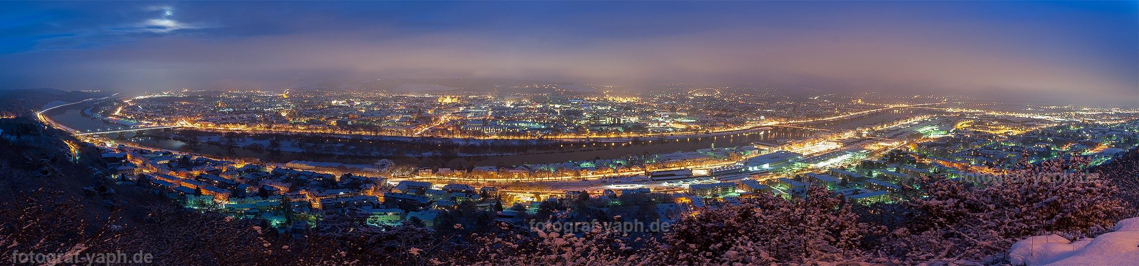 Nachtaufnahme Panorama der Stadt Trier aufgenommen aus der Perspektive der Mariensäule von Fotograf Trier - Yaph