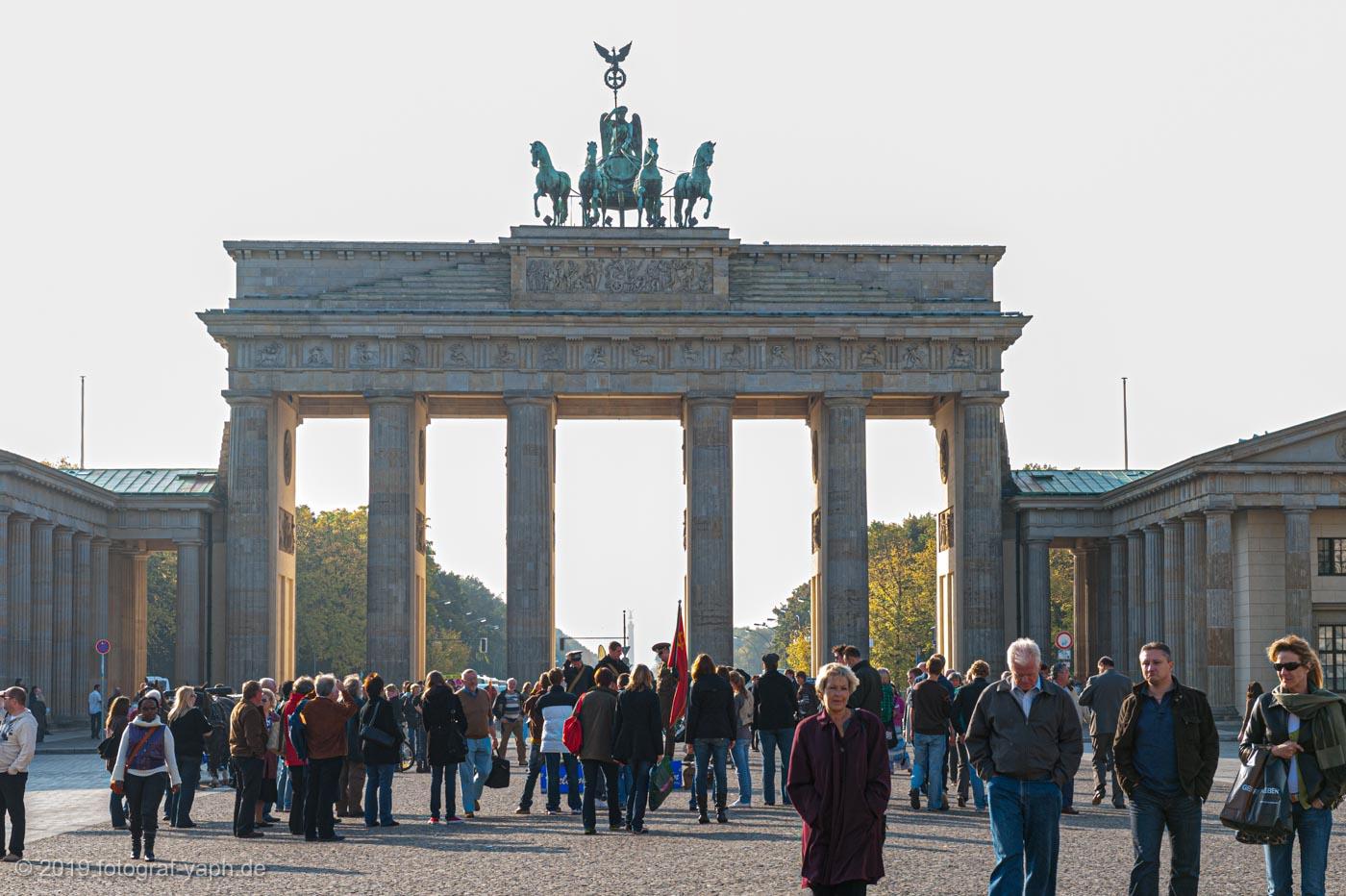 Das Brandenburger Tor in Berlin ist eines der berühmtesten Sightseeing Attraktionen oder places to be für Touristen wie auch für Fotograf Yaph Trier