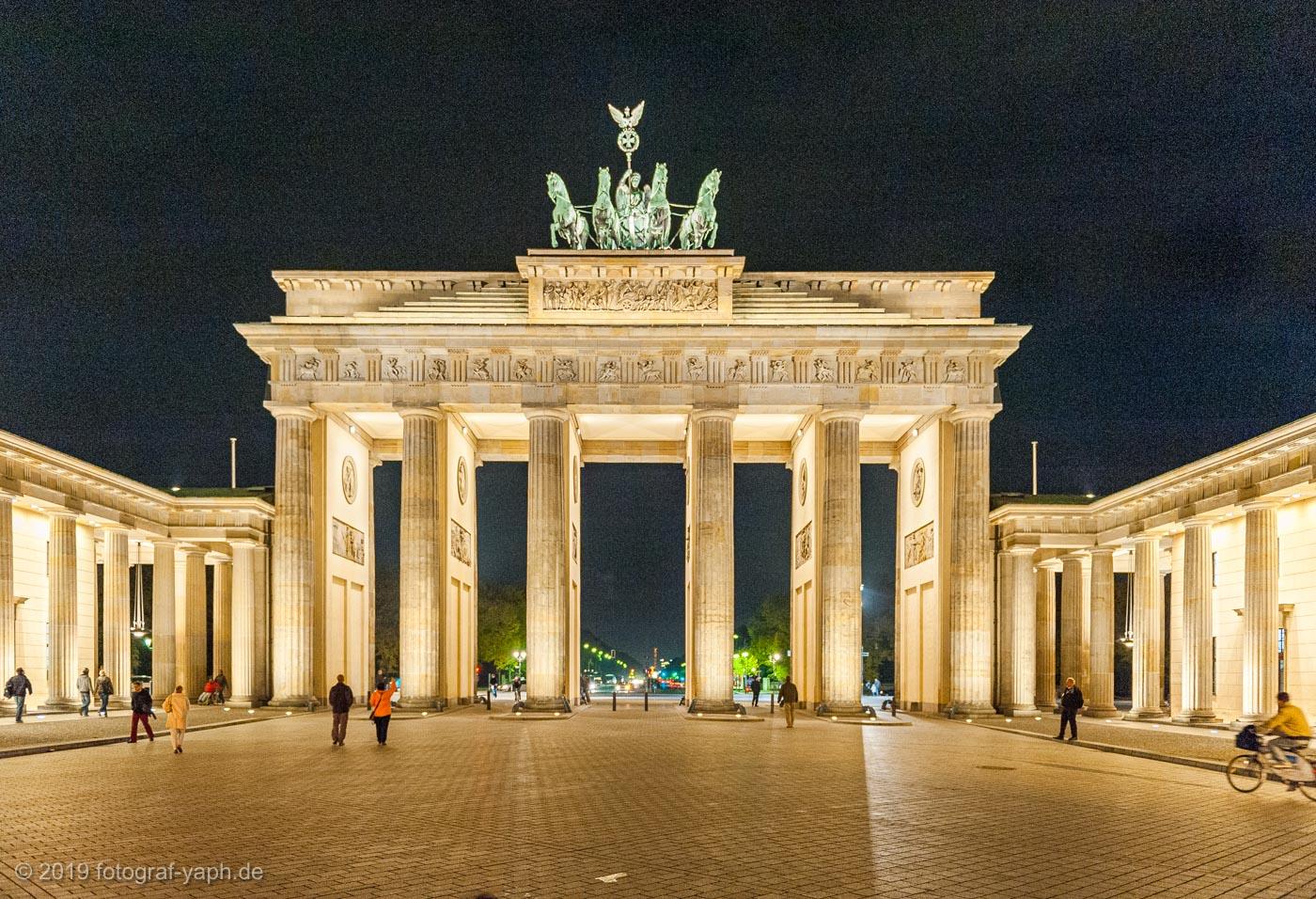 Das Brandenburger Tor mit der lebendig wirkenden Quadriga ist auf dem Bild von Fotograf Yaph beeindruckend festgehalten durch starke Licht-Kontraste in der Abendstimmung.