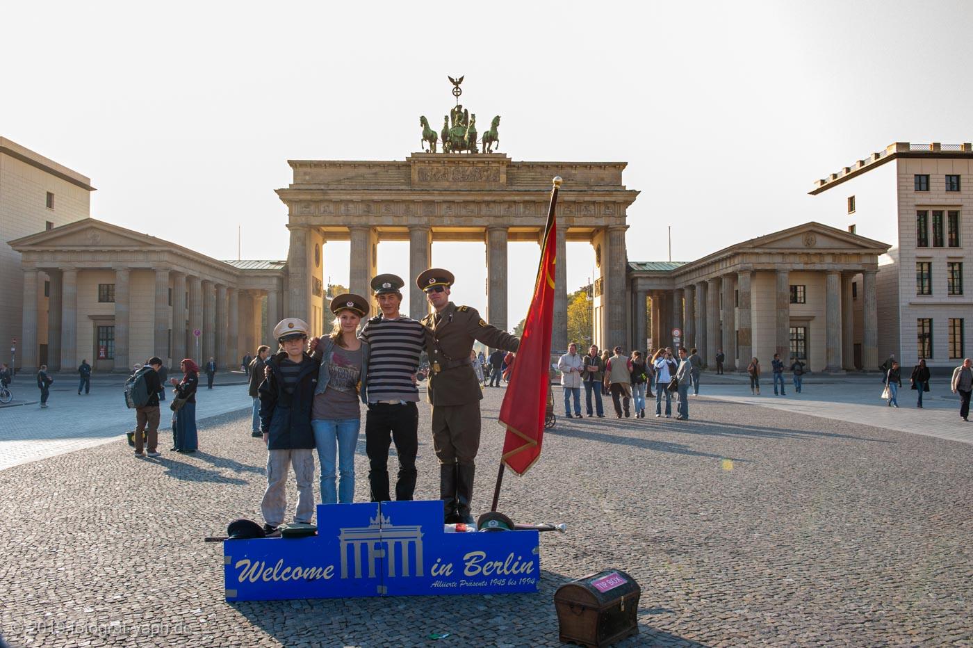 Das Brandenburger Tor in Berlin als Top Foto Motiv und Sehenswürdigkeit für Touristen