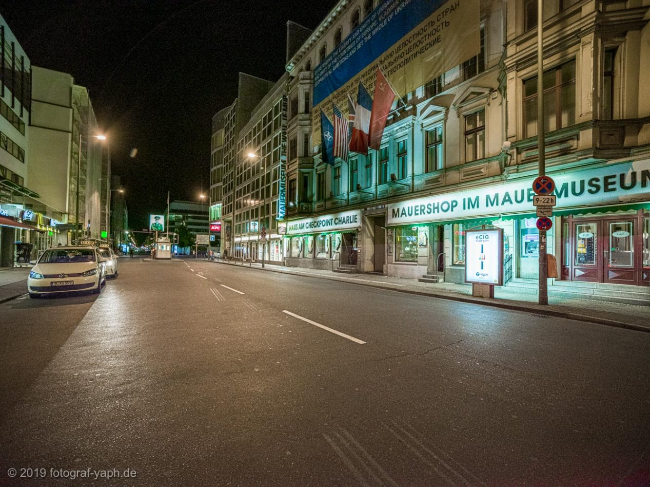 berlin-checkpoint-charlie-photography-Photograph-yaph