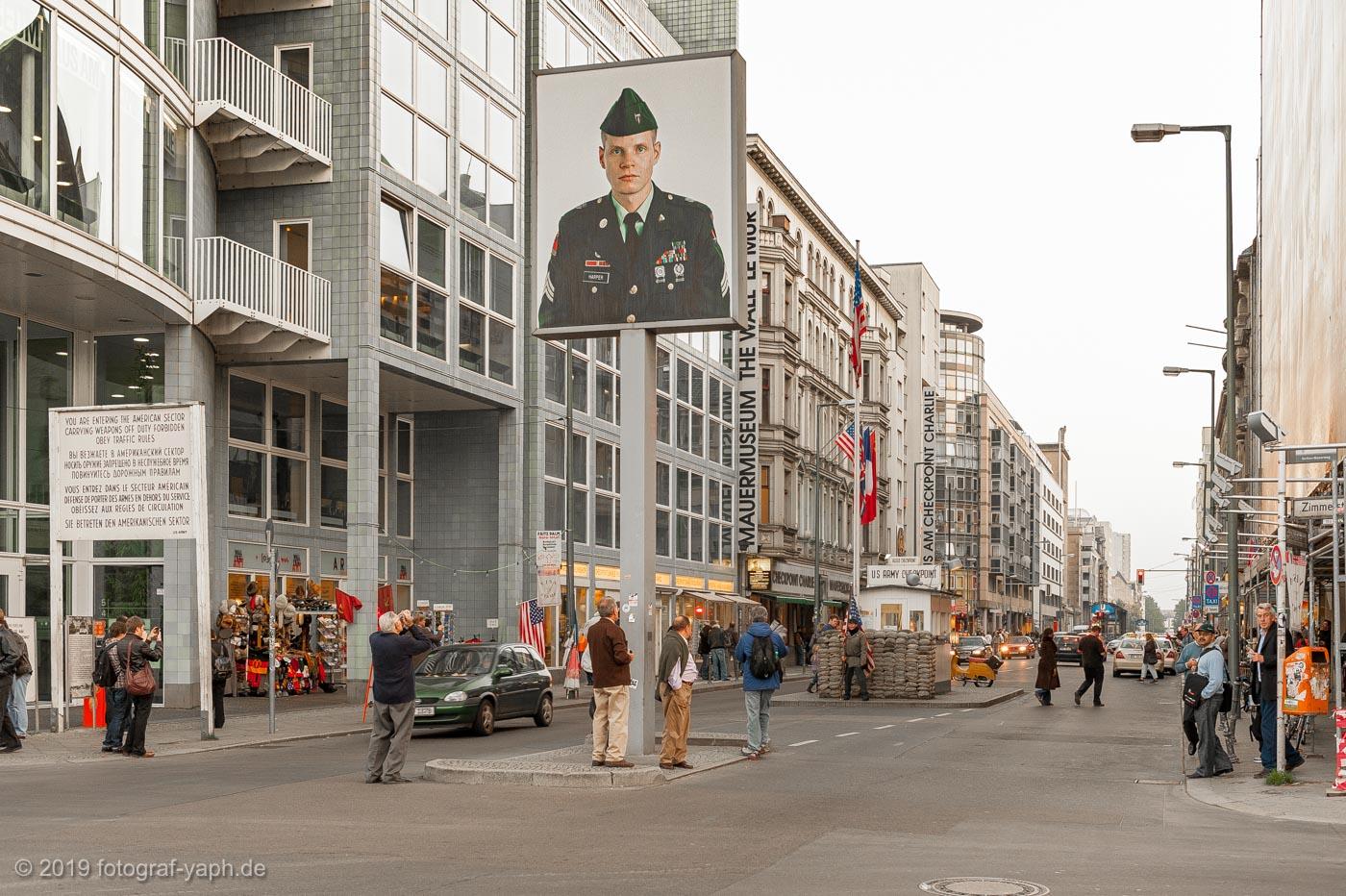 Der Checkpoint Charlie ist einer der meistfotografierten Orte in Berlin und eine Touristenattraktion.